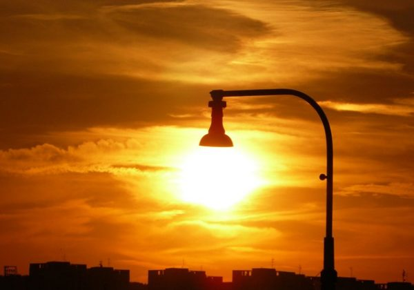 להדליק אור או להישאר בחושך…